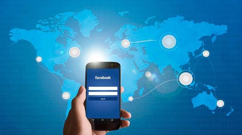 celular encendido con facebook