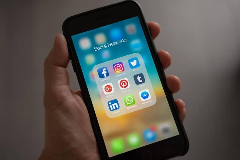 movil con varias apps en la pantalla