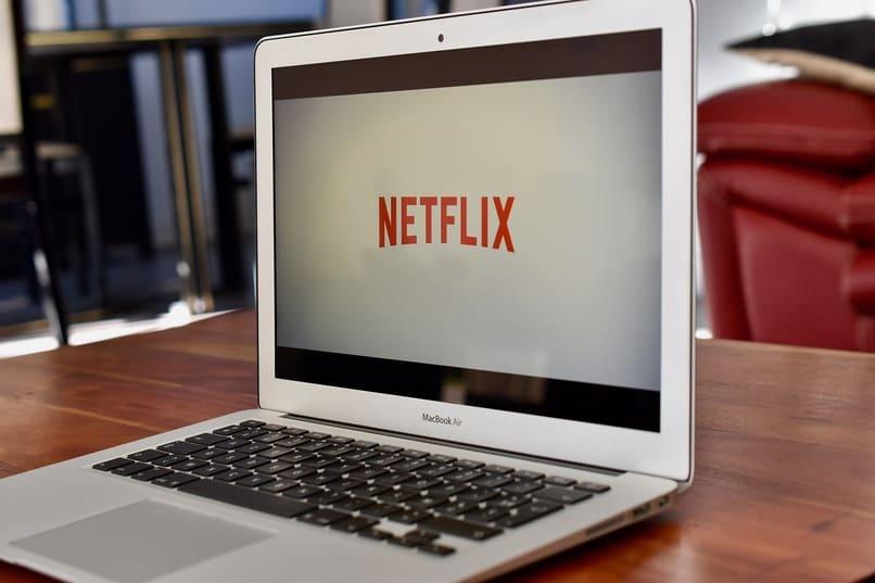 logo de netflix en una laptop
