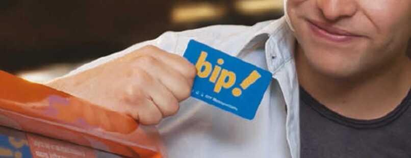 persona con tarjeta bip