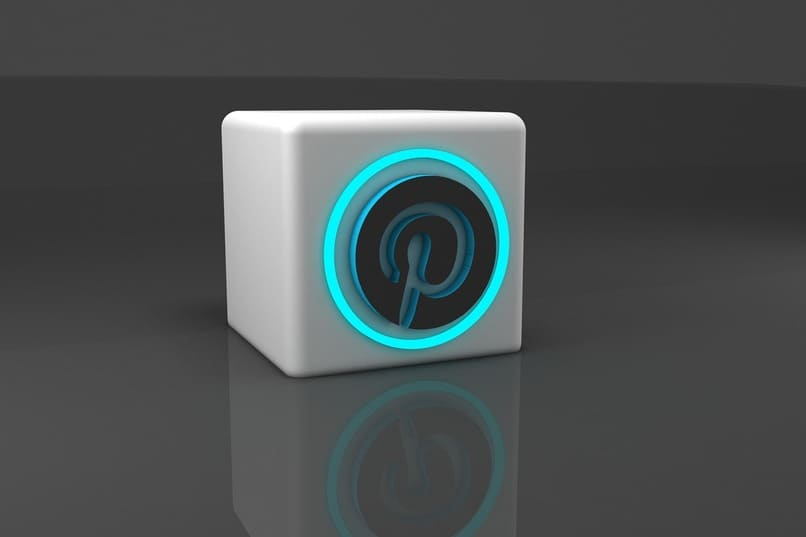 icono de pinterest en un cubo