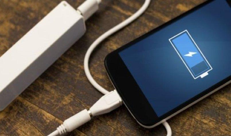 celular cargando bateria