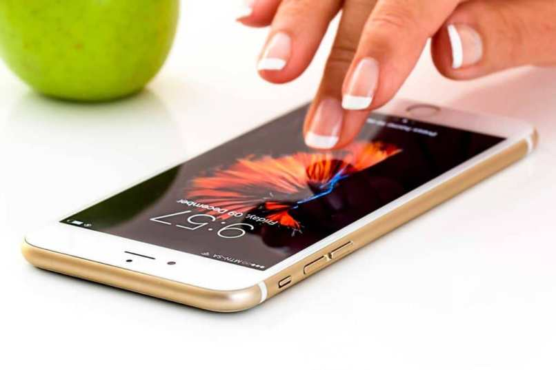 persona tocando la pantalla de un telefono