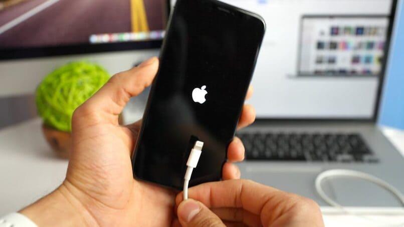 movil con el icono de apple en su pantalla