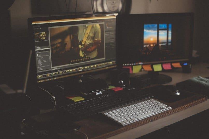 dos ordenadores sobre un escritorio