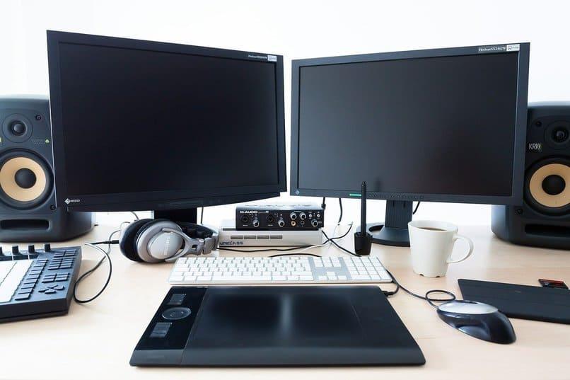ordenadores color negro sobre un escritorio