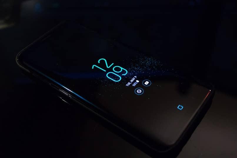 samsung negro con hora personalizada en la pantalla