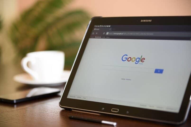 tablet samsung con su pantalla en el buscador google