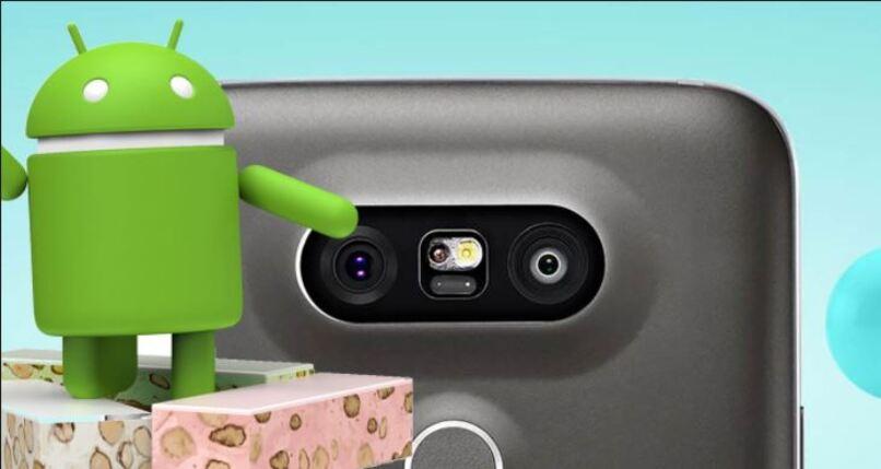 movil con muneco de android al lado