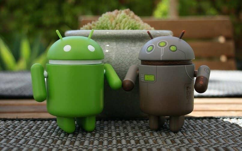 munecos android frente una planta