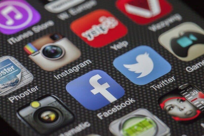 iconos de apps en la pantalla de un movil