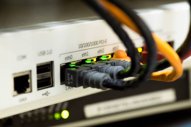 cables conectados a modem de internet