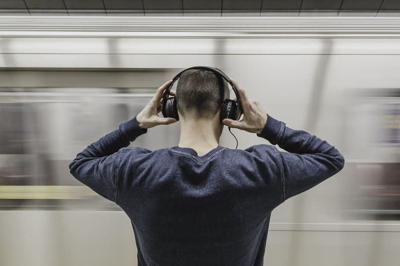 chico usando audifonos
