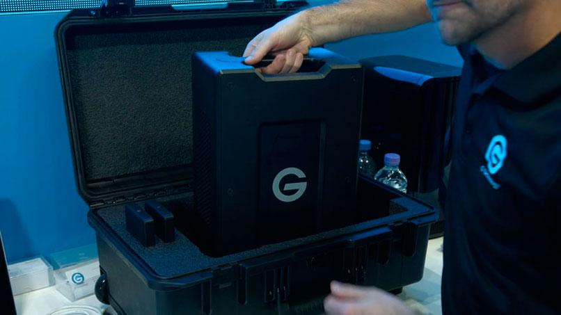 hombre portando varios discos en una caja