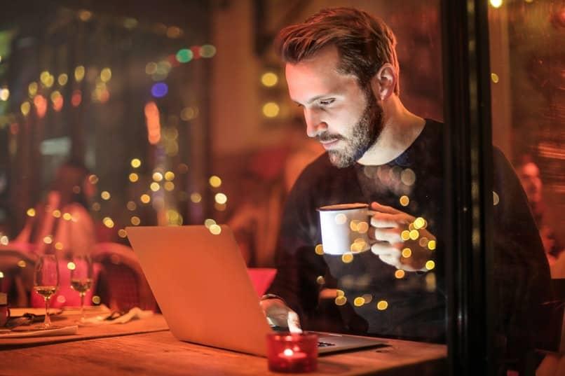 hombre usando su laptop