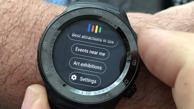 smartwatch negro en muneca