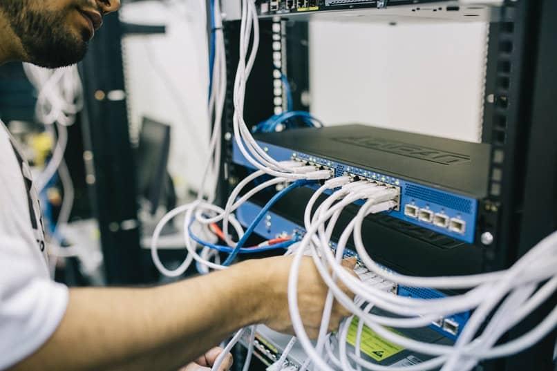 hombre instalando servidores de internet