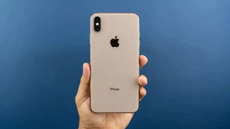 iphone en mano