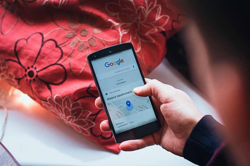 Móvil Android con la barra de Google en una búsqueda