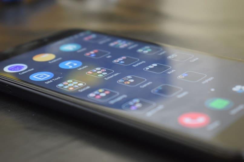movil con muchas apps en su pantalla