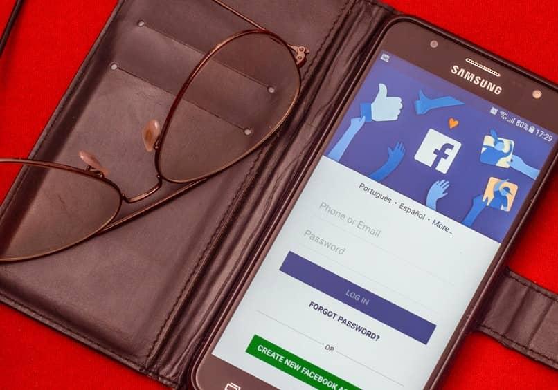 movil con inicio de sesion de facebook abierto y lentes al lado