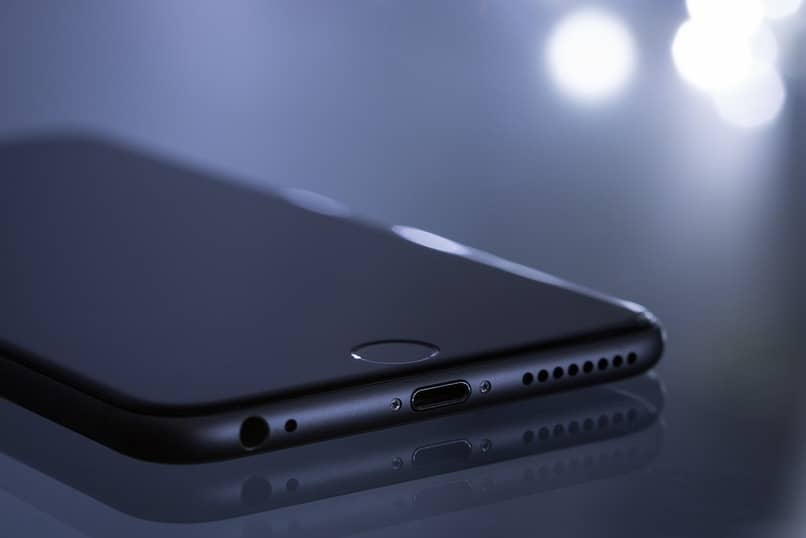movil marca iphone sobre una superficie color negro