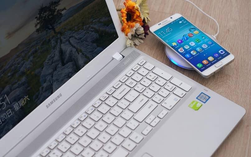 movil samsung junto a una laptop