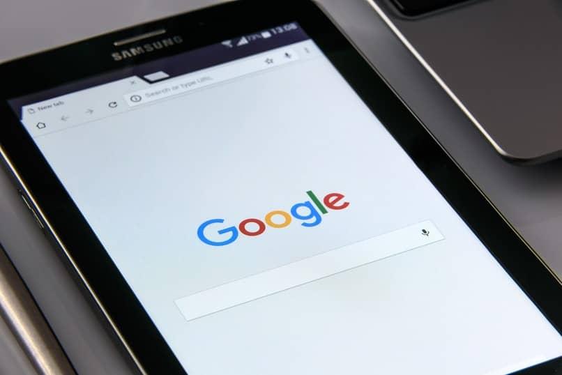 dispositivo samsung con la pagina de google en su pantalla