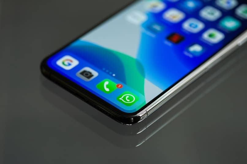 movil con aplicacion de whatsapp sobre mesa gris
