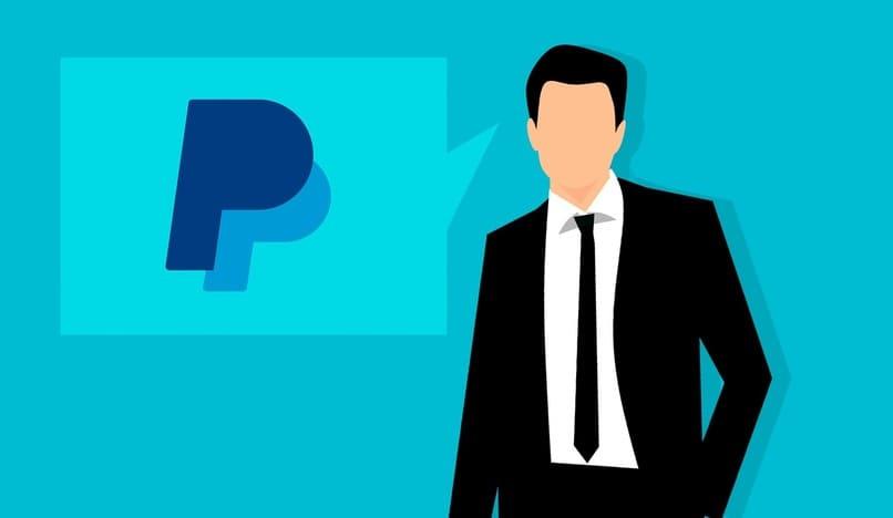 hombre junto el logo de paypal