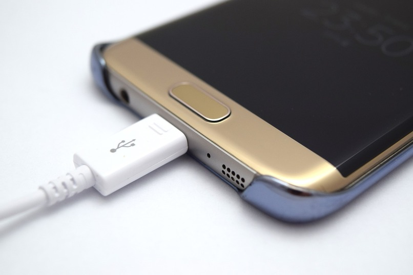 smartphone samsung galaxy s7 cargando
