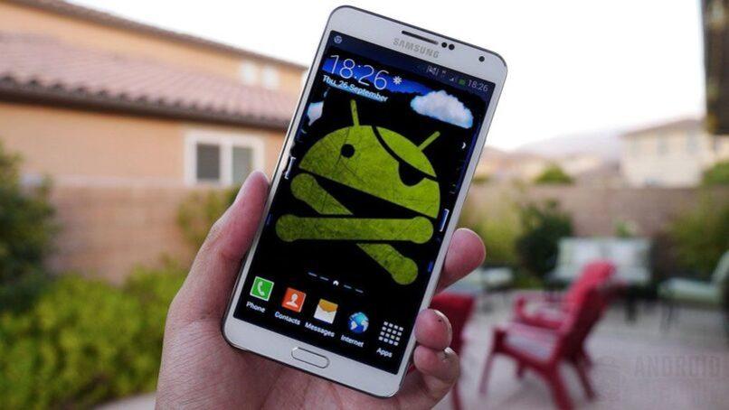 movil samsung con logo android de fondo de pantalla