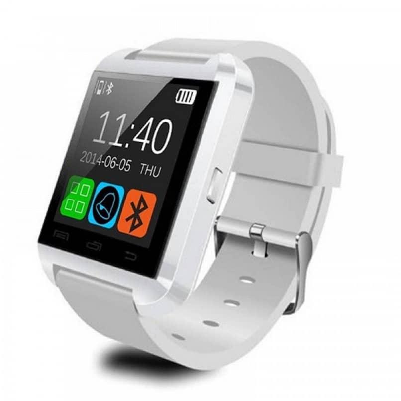 reloj inteligente blanco