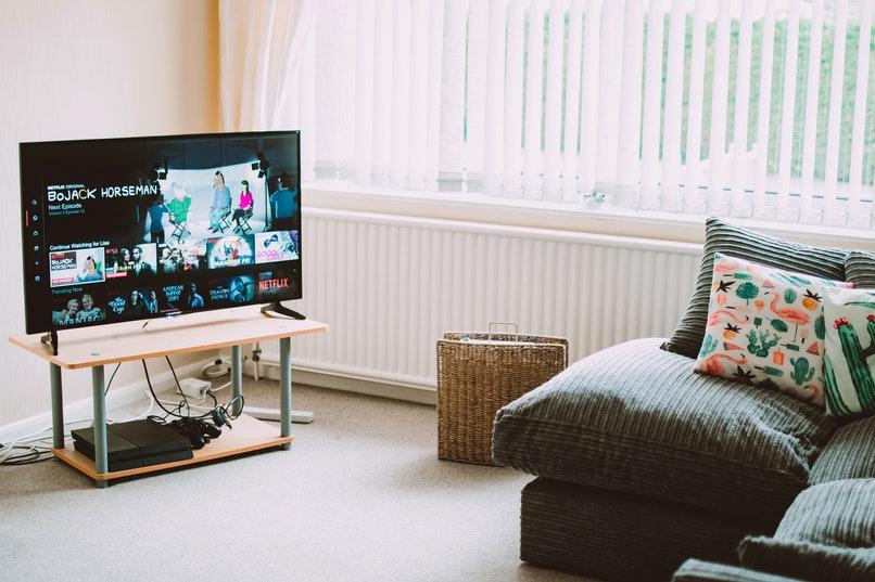 televisor con android en una sala