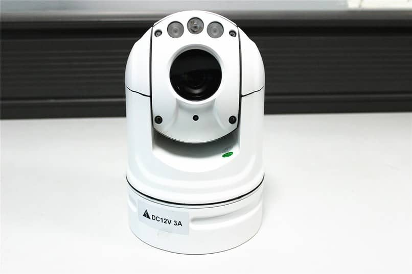 webcam optica ovalada de color blanco
