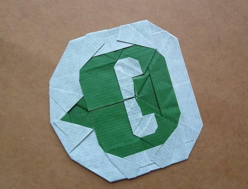 logo de whatsapp hecho en papel