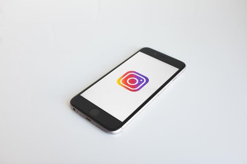 movil con el icono de instagram en su pantalla
