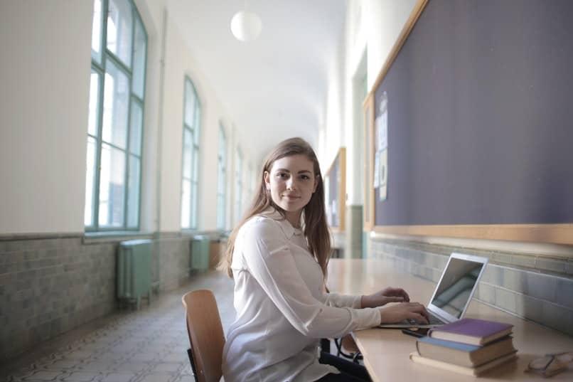chica resaltando un documento en computadora