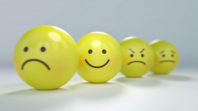 bolas color amarillo con caras en ellas