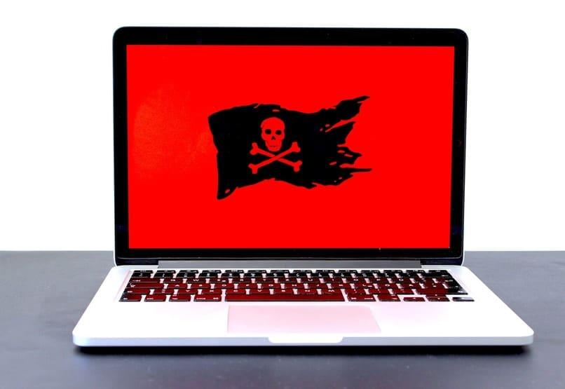 laptop con una calavera en su pantalla