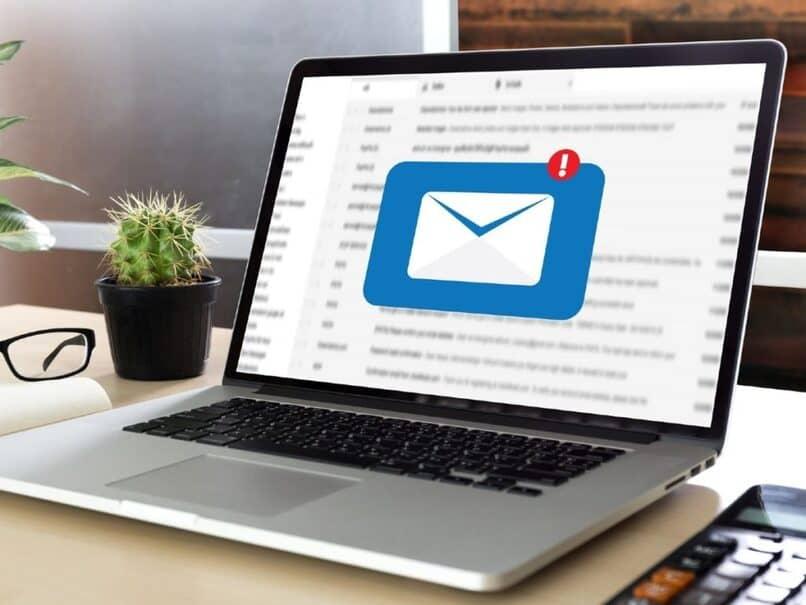 laptop con mensaje entrante