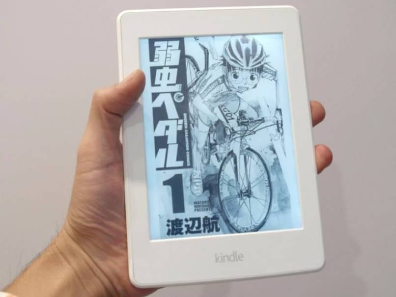 dispositivo kindle sostenido con la mano