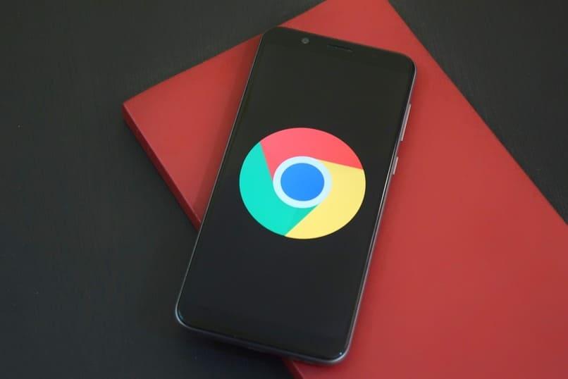 movil con el logo de google chrome en su pantalla