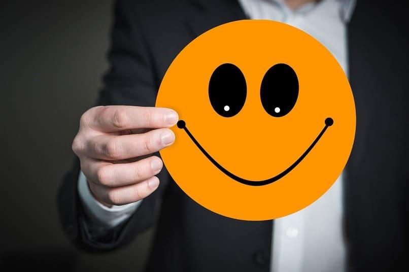persona sosteniendo un emoji
