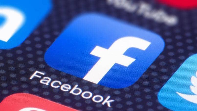 pantalla movil icono facebook