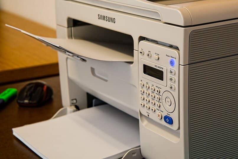 impresora color blanco opaco sobre una mesa