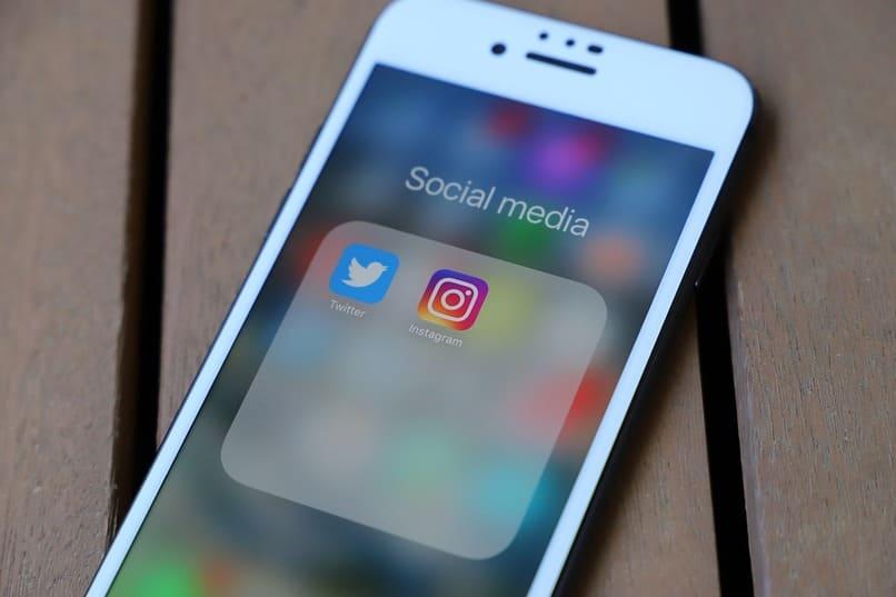 iconos de instagram y twitter en la pantalla de un movil