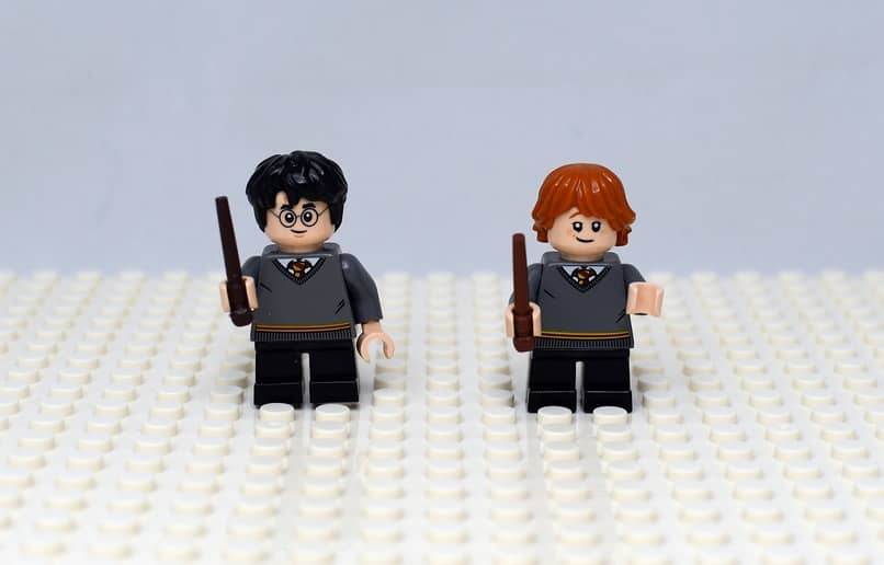 juguetes de harry potter sobre una superficie color blanco