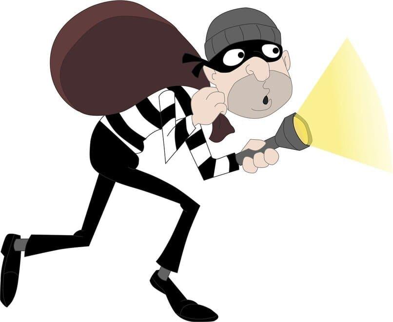 ladron utilizando una linterna