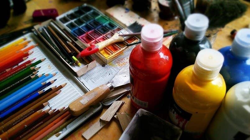 pinturas lapices y libros sobre una mesa